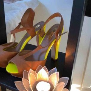 Ett par super coola neon gula skor å ett par lite mer basic svarta dom brun gula är i storlek 39 och dom svarta i storlek 38 gula använda 1 gång å dom svarta aldrig använda