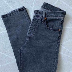 Ett par gråa gripande Levis jeans
