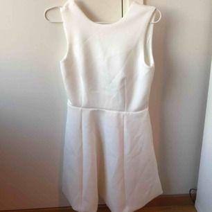 Vit klänning från Nelly, perfekt för studenten! Är i storlek xs men skulle säga att den är större 💜