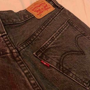 Ett par super fina shorts från Levi's (Levi Strauss & co) Sitter fint på och är sköna. Inte alls använda mycket. ÄKTA!! Köpt för ca. 600-700kr   Pris går att diskuteras.