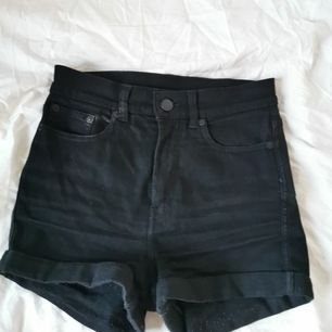 Shorts från Monki som formar rumpan! Lite nopprig därav priset. Kan mötas upp i Stockholm eller frakta. Köparen står för frakten.
