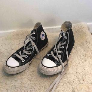 Svarta Converse. snyggt slitna🍒