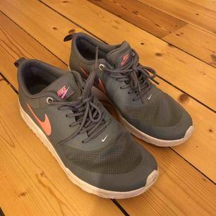 Gråa sneakers från Nike  Fint skick men använda några gånger  Storlek 37,5 men ganska smala skulle jag säga  Kan mötas upp i centrala Stockholm eller frakta (köparen står då för frakten) 💓