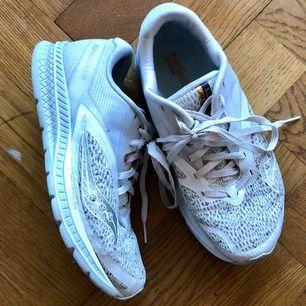 Sparsamt använda löparskor. Används inte för att modellen tyvärr inte passade mitt löpsteg. Grym sko i övrigt.