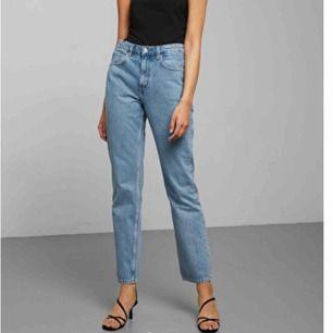 Säljer mina skitsnygga voyage jeans från weekday pga att dom är för stora för mig tyvärr. Väldigt fint skick. Färgen pen blue 🥰