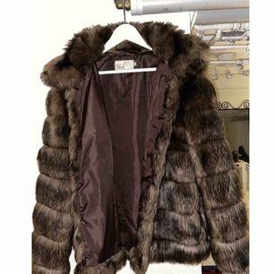 Säljer min pälsjacka från Nelly, är i riktigt bra skick! Jackan går att stänga och har två fickor.