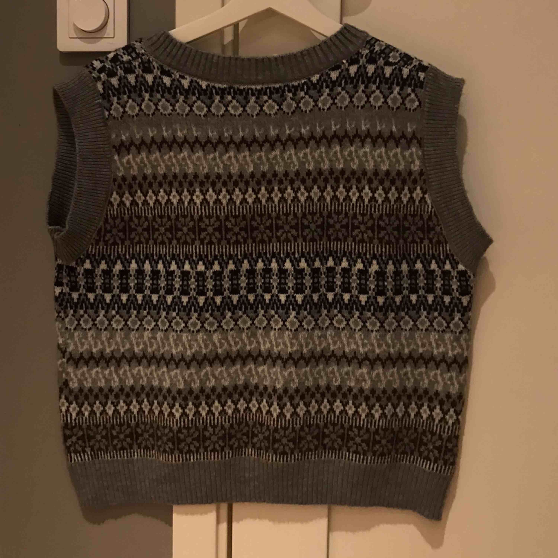 Asmysig s.k knitted vest som passar perfekt att ha över andra plagg! Lite stor i storleken (skulle nog säga att den är S-L!), Aldrig använd och är därför i gott skick. Pris går att diskuteras.. Tröjor & Koftor.