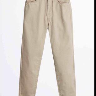 Ett par beige jeans från ginatricot,,(SLUT SÅLDA). Aldrig använda då jag inte fått någon användning för dom. Ny pris 299 mitt pris 100kr. FRAKTEN INGÅR EJ.