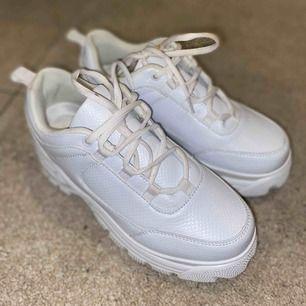 Säljer mina chunky sneakers från NA-KD som är slutsålda på hemsidan. Dom är endast använda 1 gång o är i nyskick, bortsett från skosnörena som var smutsiga när jag fick hem dom🙃 Detta går dock att lösa genom att man byter ut snörena!