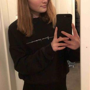 Svart sweatshirt med text från hm💓💓💓💓köparen står för frakten