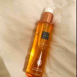 Oöppnad Shower oil från Rituals ✨ med doft av söt apelsin och cederträ.   🌺Köparen står för frakten🌺