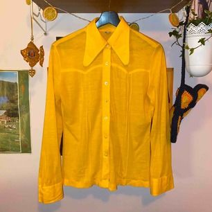Fin skjorta i mjukt material. Superfint skick. Den är mer varm i färgen (se bild 2). Möts i Sthlm, annars står kund för frakt!