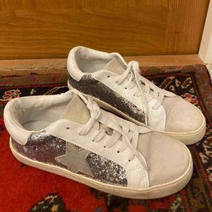 Hej! Säljer mina glittriga skor från Steve Madden. Använda ett par gånger men fortfarande väldigt fina. Passar storlek 37 också. Priset går att diskutera. Kontakta mig för fler bilder :)