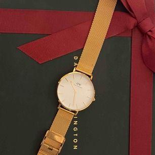 Hej! Säljer min splitternya Daniel Wellington klocka. Den är superfin och matchar verkligen till allt! Den går och justera!! Så om du har större handled än mig går det att göra den väldigt mycket större! Skriv för fler bilder.