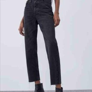 Svarta straight leg jeans från zara i strl 36. Bra skick och de är endast använda fåtal gånger. Dem är svarta och slitna längst ner vid ankeln.💓
