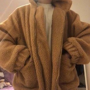 Teddy-jacka från Zaful! Köpte den på Plick förra året, men använd ett fåtal gånger. Den är i storlek L, men snygg oversized! Frakt 66 kr eller kan mötas upp i Stockholm.