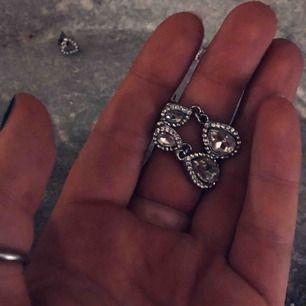 2 par örhängen, både i silver med Sten dekor. Säljer då jag har 2 par utav båda. Super fina på fest men även för att pimpa en vardags outfit💓