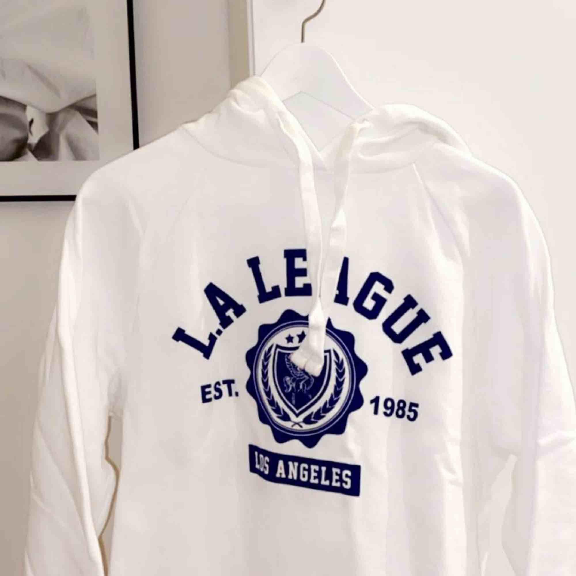 Säljer min as balla hoodie från Gina tricot ja har vanligtvis storlek xs och den är verkligen liten i storleken🤯🤯. Huvtröjor & Träningströjor.