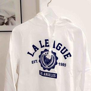 Säljer min as balla hoodie från Gina tricot ja har vanligtvis storlek xs och den är verkligen liten i storleken🤯🤯