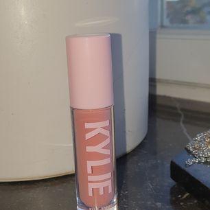 Helt oanvänd Kylie cosmetics high gloss i färgen DIVA, jag fick ett kit med fyra i julklapp men jag har aldrig använt denna! Betalning via swish köpa den står för frakt