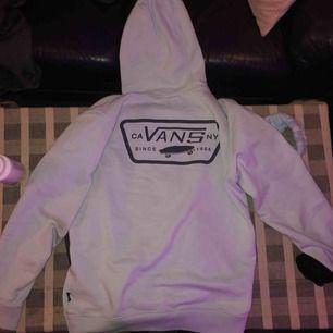 Vans hoodie i ljusblåa färg! Jättebra stick och är använt bara några gånger! Säljer på grund av det inte är min stil längre. Köpt för 600kr, säljer för 400kr men priset kan diskuteras vid snabb affär! Tar endast swish :) och kan frakta!
