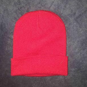 Röd mössa i jättebra stick! Använt max 2 gånger. Tar endast swish :) dm för mer info!