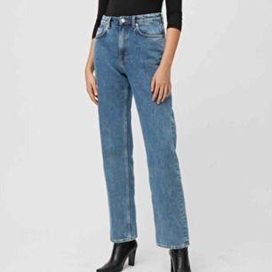 Voyage jeans från weekday! Samma färg som på bilden! I väldigt fint skick, skickar självklart bild på byxorna om det önskas! Spårbar frakt ingår!