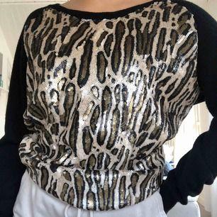 Superfin stickad tröja med paljetter i leopardmönster från märket Twin-set. Denna tröjan är i stort sätt aldrig använd. Priset kan diskuteras, hör bara av dig vid intresse. Köparen står för frakt 🐆🤩