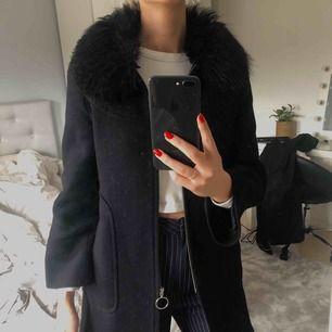"""Säljer min fina svarta vårkappa med silverdetaljer i storlek S från Zara. Använd men i fint skick! """"Pälskragen"""" går att ta på och av. 170kr + frakt 😁"""