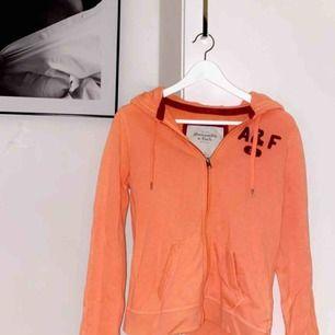 Säljer min as coola hoodie från abercrombie and fitch, pgv av att den är för liten för mig🥰🥰