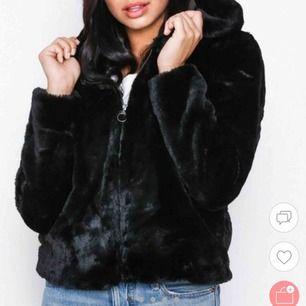 Säljer denna snygga jacka från Only I storlek S. ALDRIG ANVÄND🥰 bara att kontakta för fler bilder