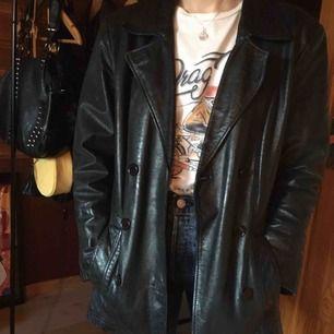 Säljer en as ball svart jacka i äkta skinn från 90-talet🖤Är använd men i fint skick & passar de med storlek 36-40 beroende på hur man vill att den ska sitta💣