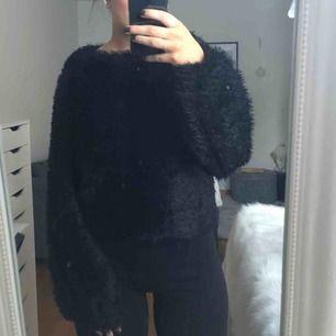 """En jättemysig svart tröja, """"lurvig"""". Bra skick. Köparen står för frakten:)"""