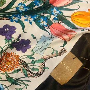 Äkta Gucci 100% Silk. Jag har kvar kvittot, pm för flera bilder! Har aldrig använt den och lappen sitter kvar! Köpte den för 3850HKD vilket motsvarar 3738kr!