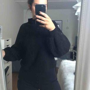 En superfin svart tröja från Bikbok. Något noppig så därav det billiga priset. Köparen står för frakten☺️