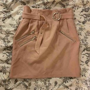 Fin rosa kjol från NLY TREND i storlek 36