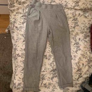 """Gråa """"kostymbyxor"""" i storlek M men skulle säga passar S med, köpte står för frakt 💖"""