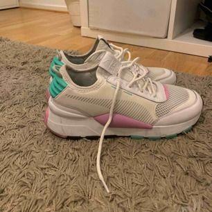Snygga puma skor i storlek 39, fint skick och kan se riktigt bra ut tvättade. Köpare står för frakt 💖