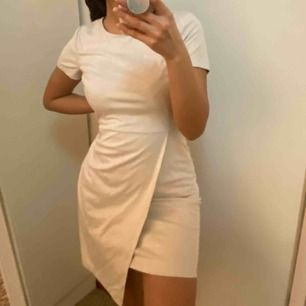 Jättefin omlottklänning från VILA i storlek S! Använd endast en gång därav väldigt bra skick. Klänningen är mer grå i verklighet än vad det syns på bilden men det är i en väldigt ljusgrå färg lutar åt vitt. Köpare står för frakt.