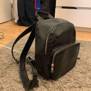 Liten svart ryggsäck från vero Moda ,jätte snygg men kommer ej till användning 💖 köpare står för frakt