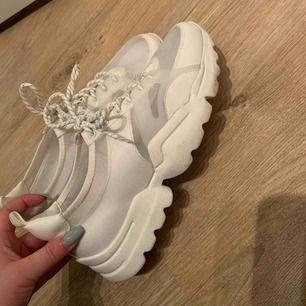 Vita skor använda 1 gång. Storlek 40 men skulle säga passar 39 också!