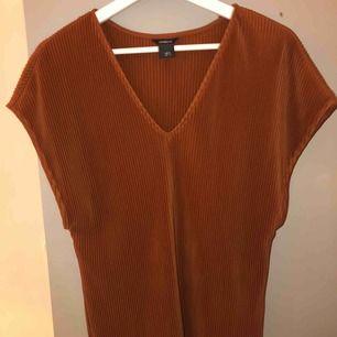 En fin T-shirt i mörkorange/brun färg! Är plisserad 🤎 aldrig använd!! Jag fraktar eller möts upp i Linköping☺️