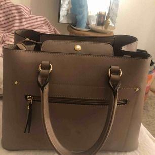 Handväska , medel stor  Bra utrymme