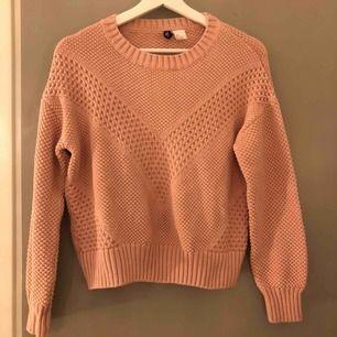 Ljusrosa stickad tröja från H&M. Använd fåtal gånger men skicket är som nytt! 💕🦋