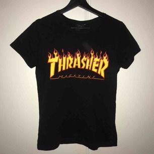 Säljer en svart Thrasher tröja jag tröttnat på. Den är ifrån kill-avdelningen därför är storleken så liten men den passar en XS⚡️ Köparen står för frakt