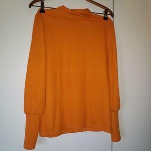 Jättefin tröja med krage och muddade ärmslut