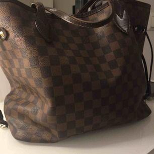 Louis Vuitton neverfull Damier liknande väska Väskan är i äkta skinn Använd , men som nytt skick!
