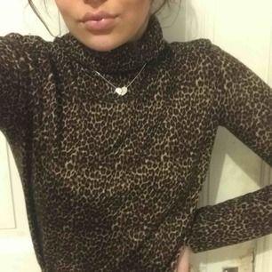 Jättefin polotröja från Zara i leopardmönster! 💓 Har endast använt den runt fem gå ger så den är i nyskick ☺️ Strl L men köpte större storlek pga tycker det är fint när den inte sitter skinntajt
