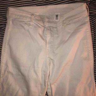 HELT NYA vita jeans! Raka i benen ⚡️ säljer då jag har ett par liknande