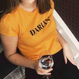 Säljer denna populära T-shirt från nakd! Färgen är en underbar ljus orange! Enbart använd vid fotot så som ny 😜⚡️passar större än XS också! Jag är S-M 😇
